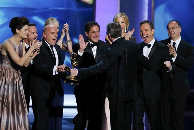 Elenco de Breaking Bad comemorando o prêmio de 'melhor série dramática'