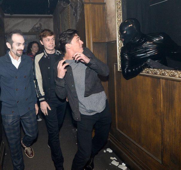 Vídeo mostra elenco de 'American Horror Story' levando sustos em casa mal-assombrada