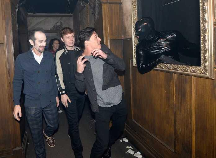 Vídeo mostra elenco de 'American Horror Story' levando sustos em casa mal-assombrada 1
