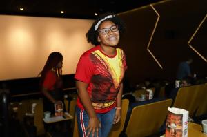 Warner leva crianças de casa de acolhimento para assistirem pré de Shazam! 2