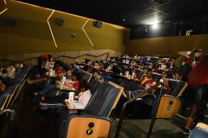 Warner leva crianças de casa de acolhimento para assistirem pré de Shazam! 4